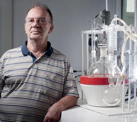906-o-quimico-gilberto-chierice-no-laboratorio-de-sua-empresa-ele-diz-ter-descoberto-a-cura-do-cancer